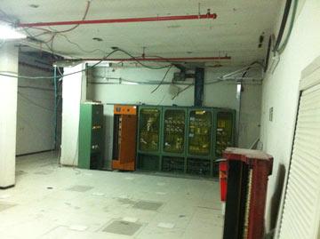 לפני השיפוץ: ארונות החשמל במקלט המוזנח (צילום: ירון אלדד)