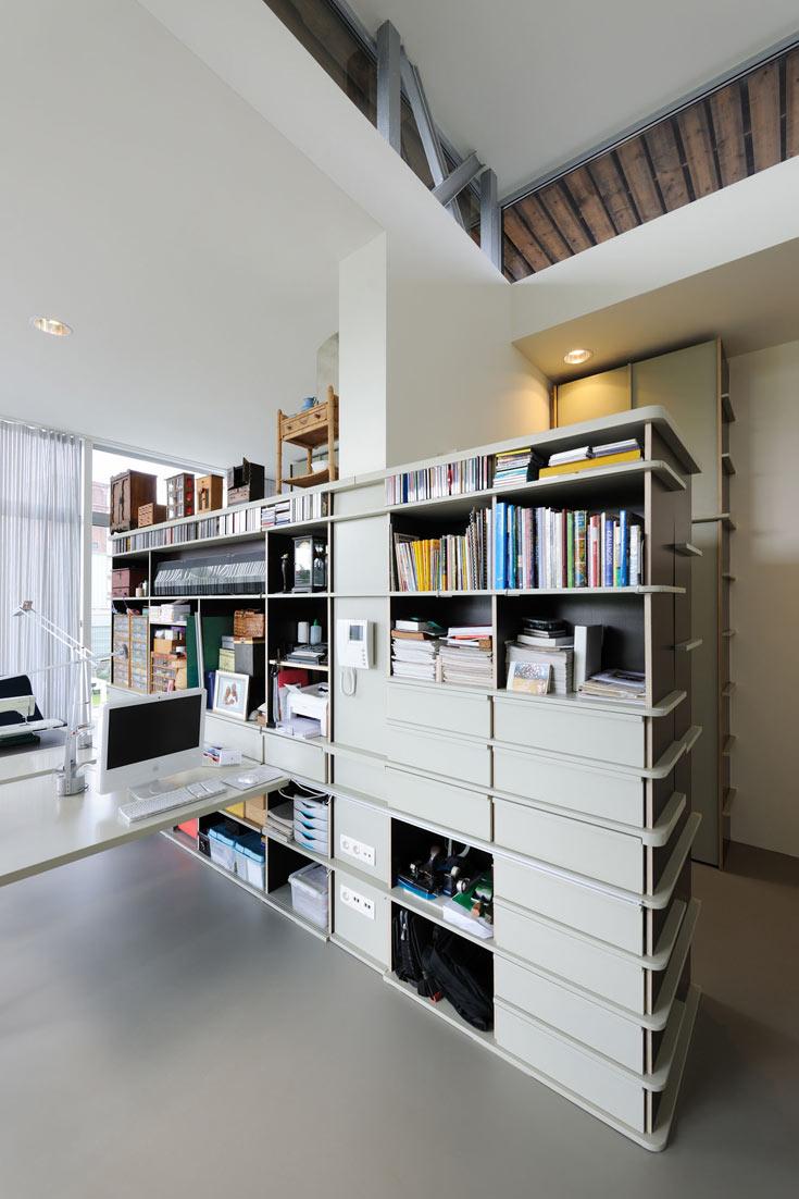 נורות ההלוגן בבית מוקמו בתוך חישורי מתכת שמקורם באוסף מטריות שבורות (צילום: Allard van der Hoek - Architektuurfotografie )
