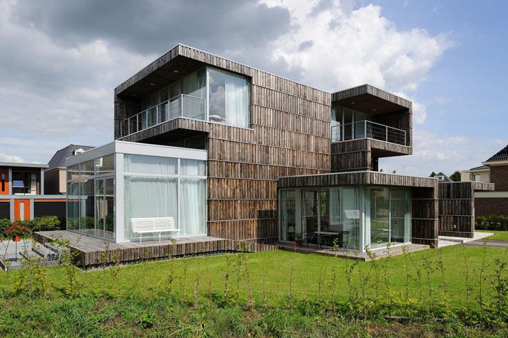 הבית מחופה קרשי עץ שפורקו מצינורות ענק המשמשים לגלגול כבלי תעשייה. היסודות עשויים פלדה שפורקה ממכונות לייצור טקסטיל שיצאו משימוש (צילום: Allard van der Hoek - Architektuurfotografie )