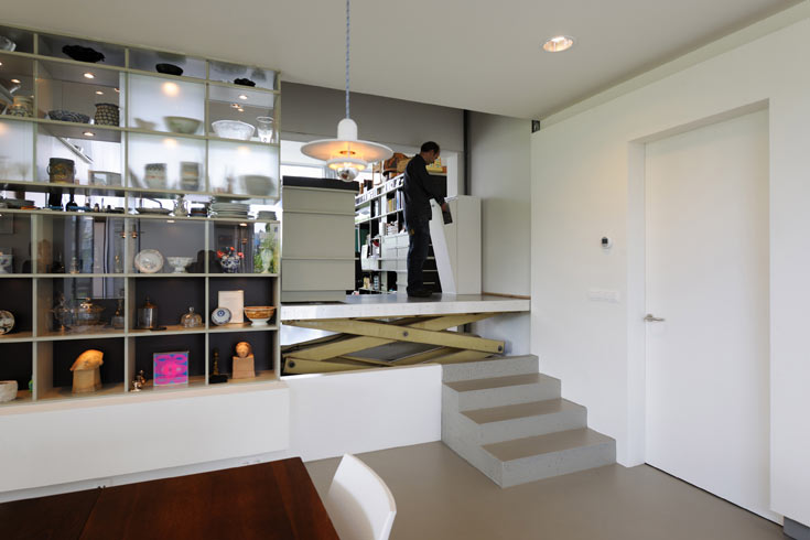 כדי שיוכלו להעלות יצירות גדולות לחדרים בקומה הראשונה, מוקם עגורן בין מפלס המטבח לכניסה (צילום: Allard van der Hoek - Architektuurfotografie )