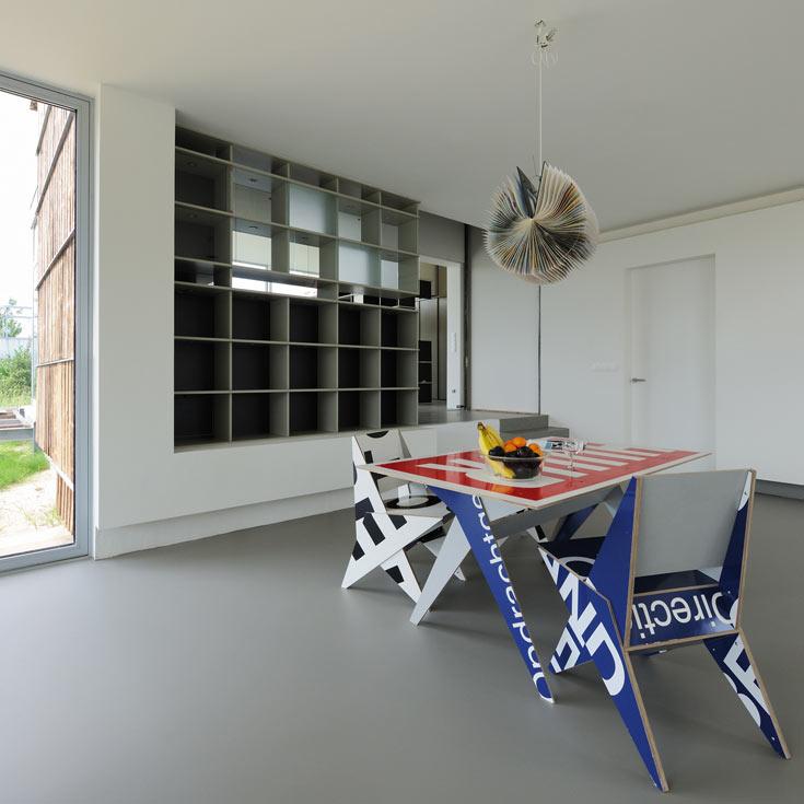 רוב החלונות בבית יוצרו מפסולת זכוכית שנאספה במפעל זכוכית מקומי. מסגרות האלומיניום סביב לחלונות נלקחו ממפעל ליצור קרוואנים (צילום: Allard van der Hoek - Architektuurfotografie )