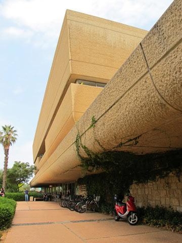 בטון רך. חזית הספרייה המרכזית באוניברסיטת ת''א (צילום: מיכאל יעקבסון)