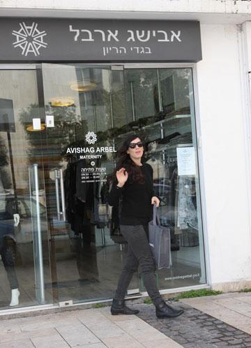 וקסמן יוצאת מחנותה של מעצבת בגדי ההיריון אבישג ארבל. פרזנטורית חדשה למותג (צילום: ענת מוסברג )