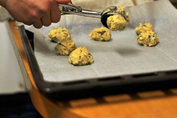 הכי נוח להניח את הבצק בתבנית עם כף גלידה קפיצית (צילום: טל אברזל)