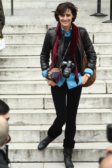 אינס דה לה פרסאנז' מגיעה לתצוגה של שאנל. עכשיו היא גם צלמת (צילום: gettyimages)