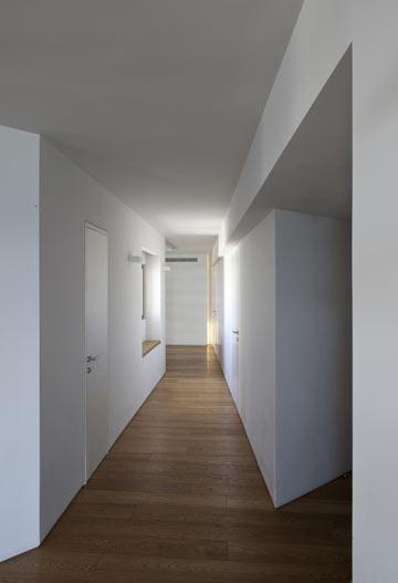 המסדרון הגיאומטרי באזור החיבור בין שתי הדירות המקוריות. לאורכו מוקמו פונקציות השירות: מזווה, ארונות חשמל ותקשורת ושירותי אורחים (צילום: עמית גרון)