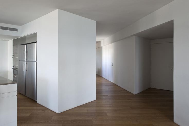 המסדרון הגיאומטרי שמוביל לחדרי השינה והעבודה. שני בני הזוג עובדים מהבית, וביקשו להפריד בין החיים המקצועיים והמשפחתיים  (צילום: עמית גרון)