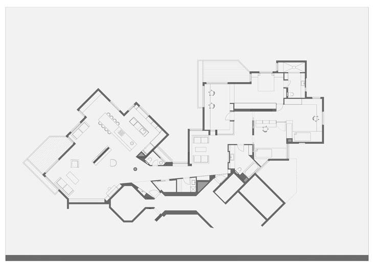 תוכנית הדירה: שתי דירות שחוברו יחד. האחת הפכה לאזור חדרי השינה והעבודה, והשנייה לחלל המשפחתי המשותף (צילום: עמית גרון)