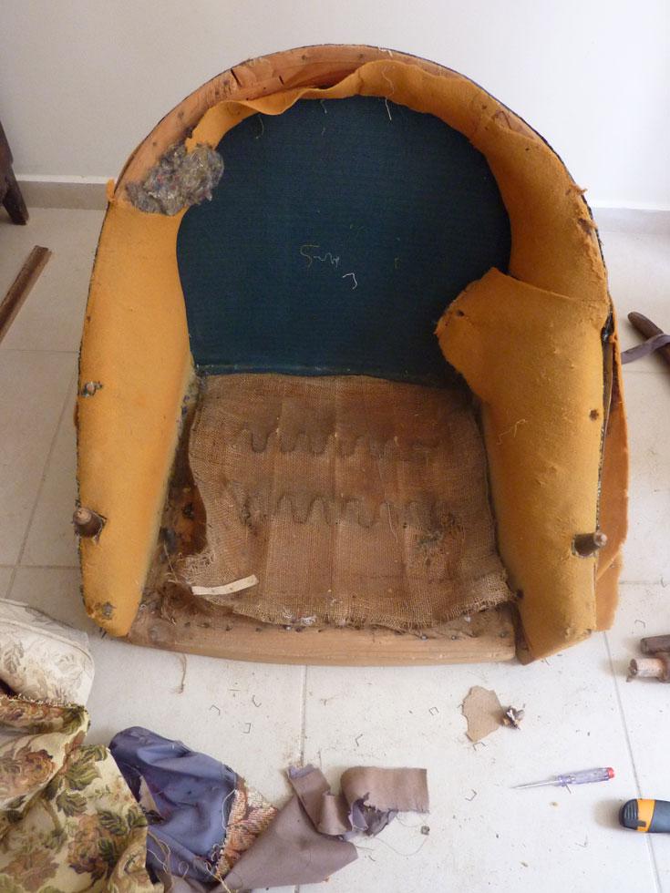 בשלב הראשון הוסרו קרעי  הריפוד הישן  (צילום: אלכס ומרינה אימס)