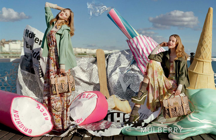 קמפיין קיץ 2012 של מאלברי. לינדזי וויקסון ופרידה גוסטבסון משתעשעות בעיר החוף הבריטית ברייטון