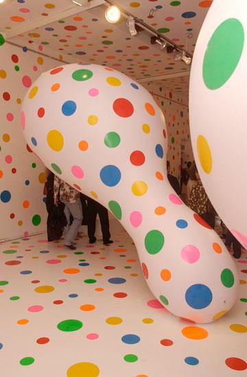 תערוכה של האמנית יאיוי קוסמה, 2002. אובססיה לנקודות פולקה (צילום: gettyimages)
