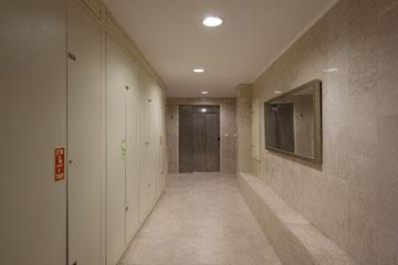 בתוך הבניין המרכזי (צילום: אביעד בר נס)