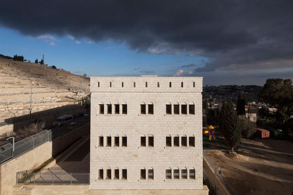 העדה הבוכרית קנתה את המגרש הזה כבר לפני 150 שנה. לימים השתמשה בו משטרת המנדט, ואחריה הלגיון הירדני, ואחריו משטרת ישראל (צילום: אביעד בר נס)