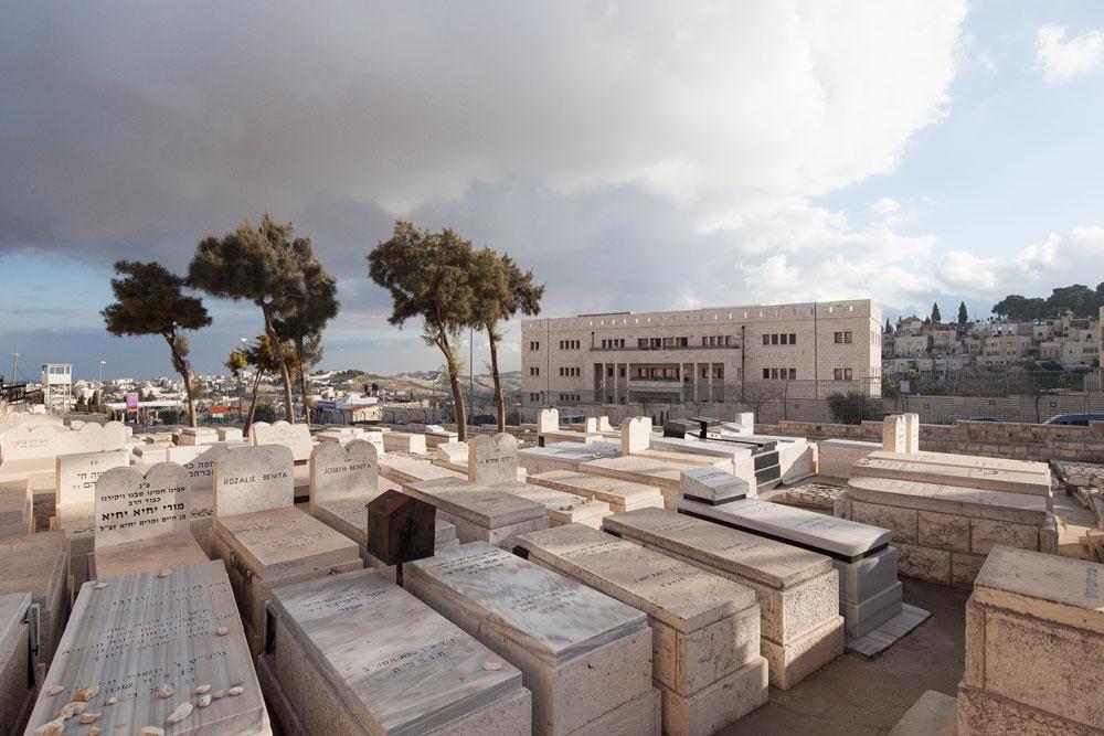 על החיים ועל המוות: בניין המגורים המרכזי על רקע בית הקברות העתיק של הר הזיתים, הושט היד וגע בו (צילום: אביעד בר נס)