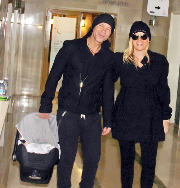 למשי ונועם יש אח קטן. אילן וקלינשטיין יוצאים מבית החולים עם תיאו, ינואר 2013 (צילום: רפי דלויה)