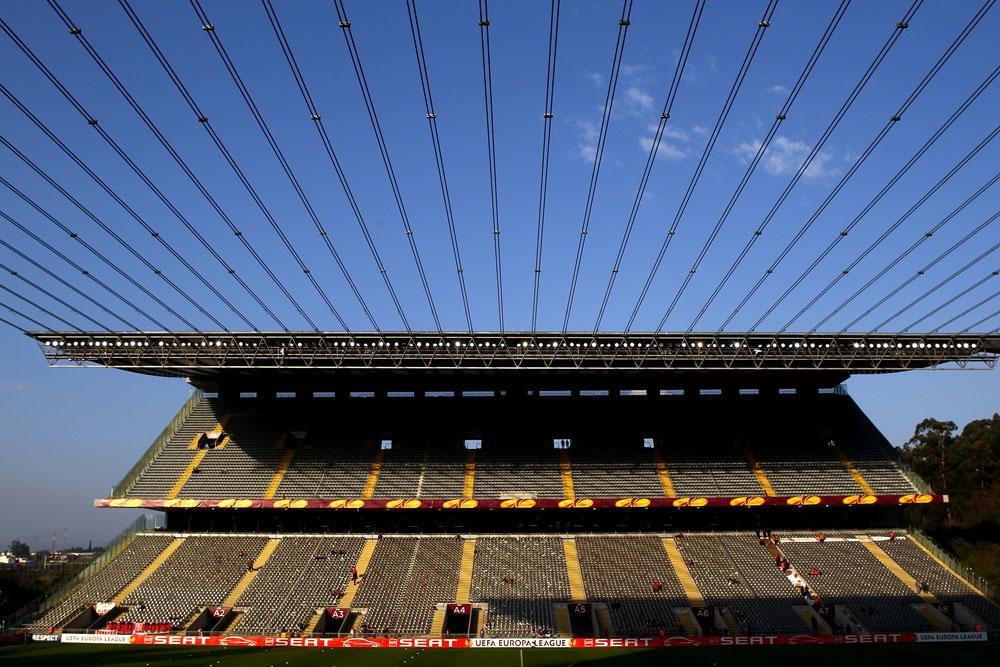 כ-100 פרויקטים תיכנן דה מורה בפורטוגל. אחד הבולטים בהם הוא אצטדיון הכדורגל בעיר בראגה, שנחצב בצלע הר וכבלי פלדה מתוחים בין הטריבונות שלו (צילום: gettyimages)