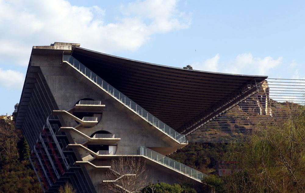 האצטדיון של ספורטינג בראגה. האבן שנחצבה מההר כדי לתחוב בו את האצטדיון לא בוזבזה, אלא נוצלה כדי לבנות ממנה את הטריבונות הייחודיות (צילום: gettyimages)