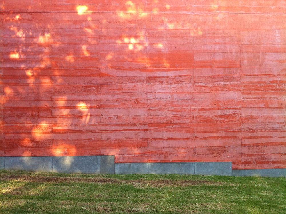 הצבע האדום-העז, שבו נצבע הבטון ברחבי המוזיאון הזה, הוא אחד מסימני ההיכר שלו. על רקע הגן שמקיף את המבנה, האפקט רק מתגבר (צילום: ירון בירנבאום)