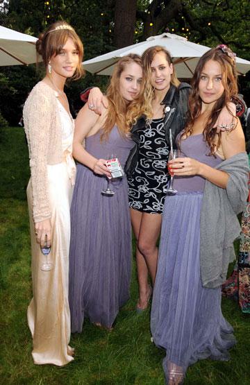 כבר חברה במועדון האיט גירלס: ג'מימה קירק עם רוזי הנטינגטון וויטלי, אליס דלאל ואחותה דומינו קירק (rex / asap creative)