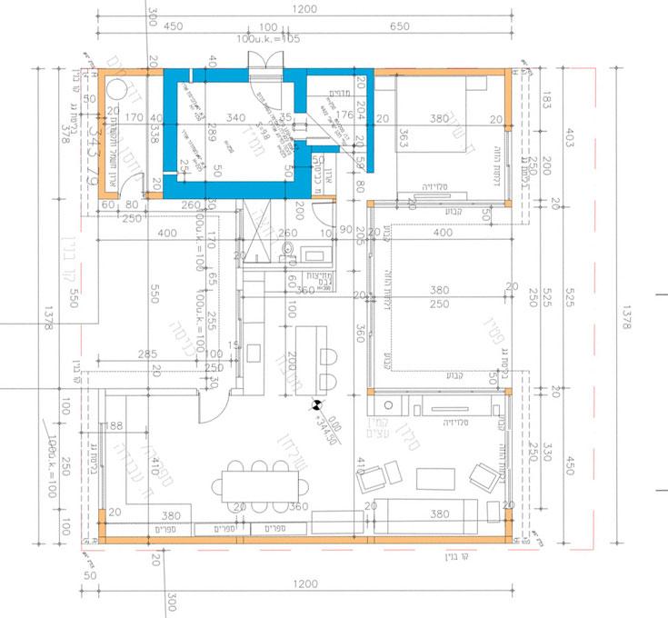 תוכנית הבית, בצורת H. מצד אחד חלל הסלון, פינת האוכל ופינת העבודה, במרכז המטבח וחדר הרחצה, ובאגף השני חדר השינה והממ''ד (בכחול) (באדיבות רזיה גלבוע)