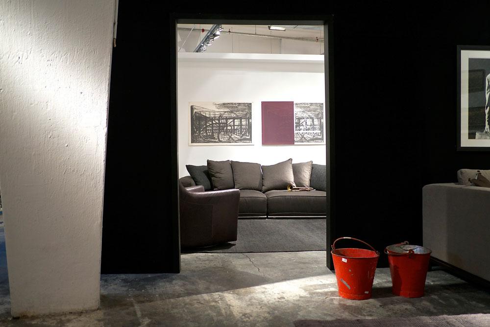 הרהיטים בקולקציה החדשה מגיעים בגדלים ובצבעים קבועים מראש, ומיוצרים בסדרות של 30 יחידות לדגם. כך, לדברי הבעלים, מתאפשר התמחור הזול יותר (צילום: איתי סיקולסקי)