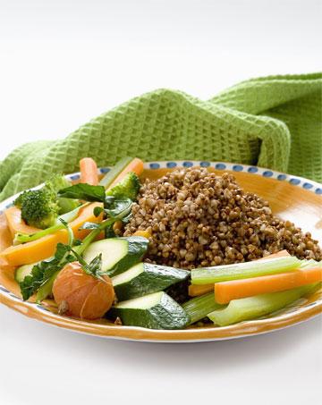 תבשיל כוסמת וירקות ברוטב טחינה ירוקה  (צילום: יוסי סליס, סגנון: נטשה חיימוביץ)