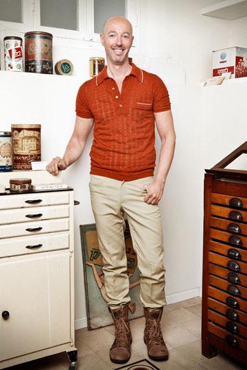 גיל פנטו בביתו, לבוש בבגדים של אתא. ''אני מרגיש שכאשר אני לובש פריטים של אתא, אני הופך להיות שונה יותר וייחודי'' (צילום: ענבל מרמרי)