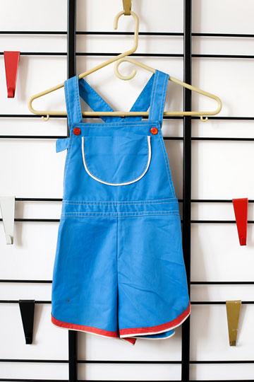 בגדי אתא של גיל פנטו. את בגדי הגברים הוא לובש, את בגדי הנשים שומר כאוסף (צילום: ענבל מרמרי)