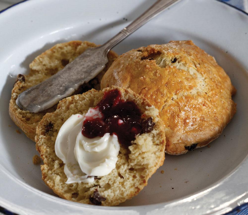 חלק בלתי נפרד מכל ארוחת בוקר מפנקת בבריטניה ובארצות הברית. סקונס עם חמאה וריבה (צילום: אפיק גבאי)