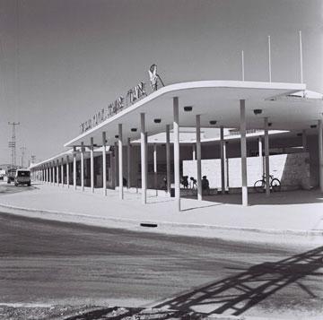 שדרת העמודים הדקים בתחנת עפולה הובילה את הנוסעים לרציף (באדיבות הארכיון ההסטורי אגד)