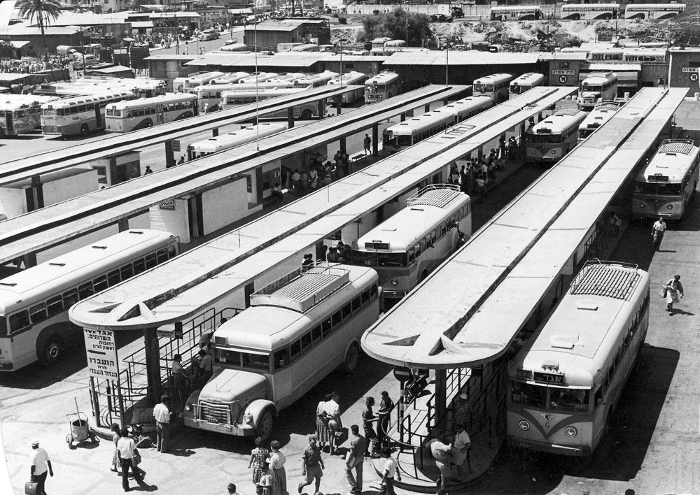 התחנה הישנה בת''א במבט מלמעלה. חלק מחדירת האוטובוסים הייתה פוליטית: הרכבות נתפסו כמאפיין של הממשל הבריטי (באדיבות הארכיון ההסטורי אגד)