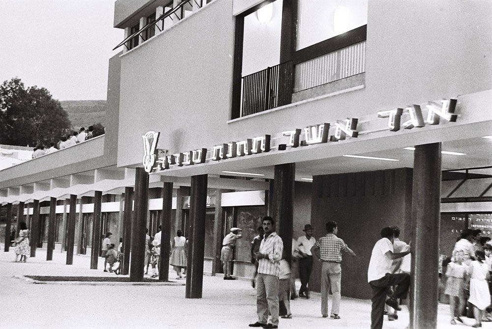שדרות העמודים היו אחד המאפיינים של התחנות המרכזיות בערי ישראל (בצילום: טבריה). למטה: התחנה בעפולה בתפארתה - ואותן זוויות צילום כפי שהן נראות היום (באדיבות הארכיון ההסטורי אגד)