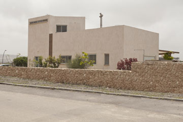 גדר נמוכה מאבני כורכר מפרידה בין הבית לכביש (צילום: גידי בועז)