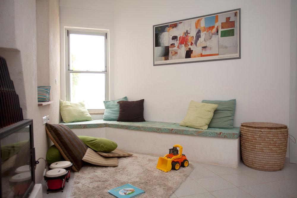 פינת משפחה, נינוחה וא-סימטרית, מחברת בין החללים המשותפים של הבית לאגף חדרי השינה (צילום: גידי בועז)