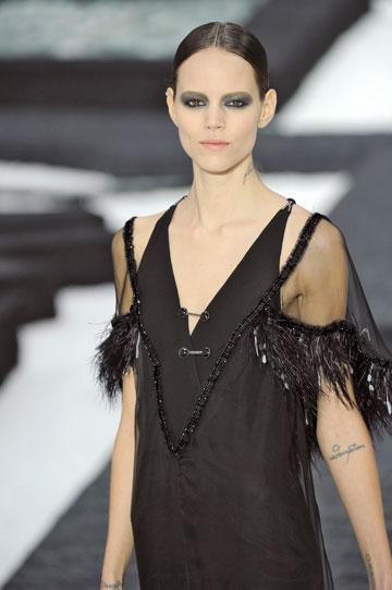 מאוד נלהבת מאופנה. אריקסן בתצוגה של שאנל (צילום: gettyimages)