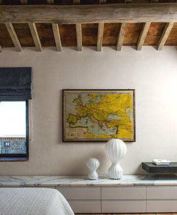 1. נתוני החדר הם המלצה בלבד. אפשר להסוות, למשל, חלון קטן יחסית באמצעות משיכת תשומת הלב לתמונה על הקיר (צילום: Bob Coscarelli)