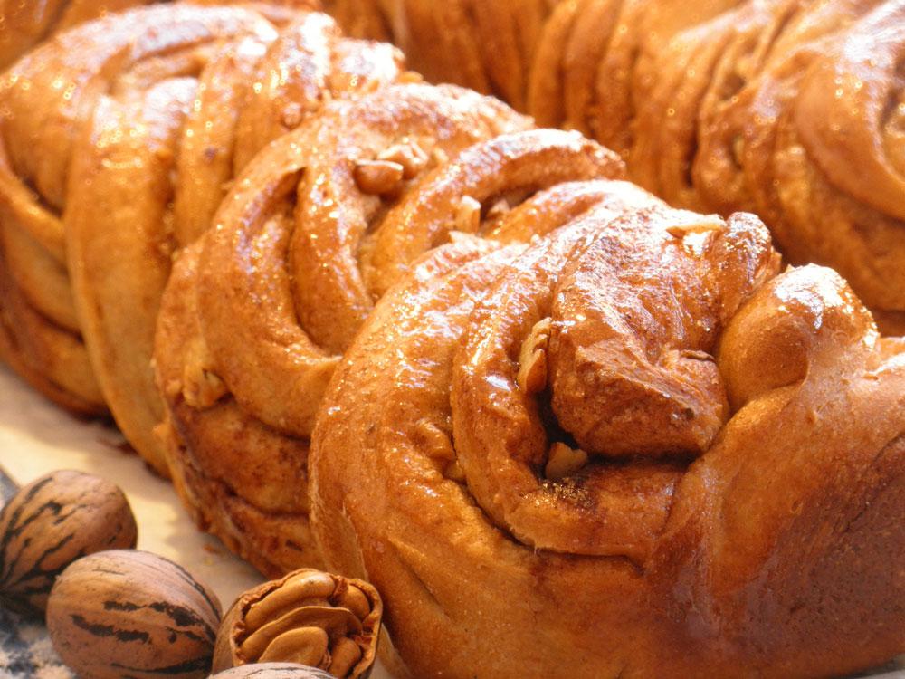 מרקם רך ועשיר בזכות שמן הקוקוס. עוגת שמרים טבעונית עם קינמון ופקאנים (צילום: גלי לופו אלטרץ)