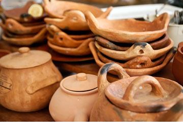 מטבח עמוס כלי חרס  (צילום: ענבל מרמרי)
