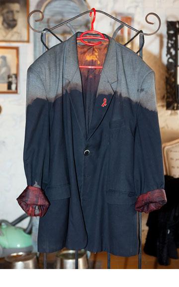 ז'קט מחויט עם צביעת דגרדה וסיכה אדומה למאבק באיידס. ''בכל פעם שאני לובש אותו אני מקבל תגובות רבות'' (צילום: ענבל מרמרי)
