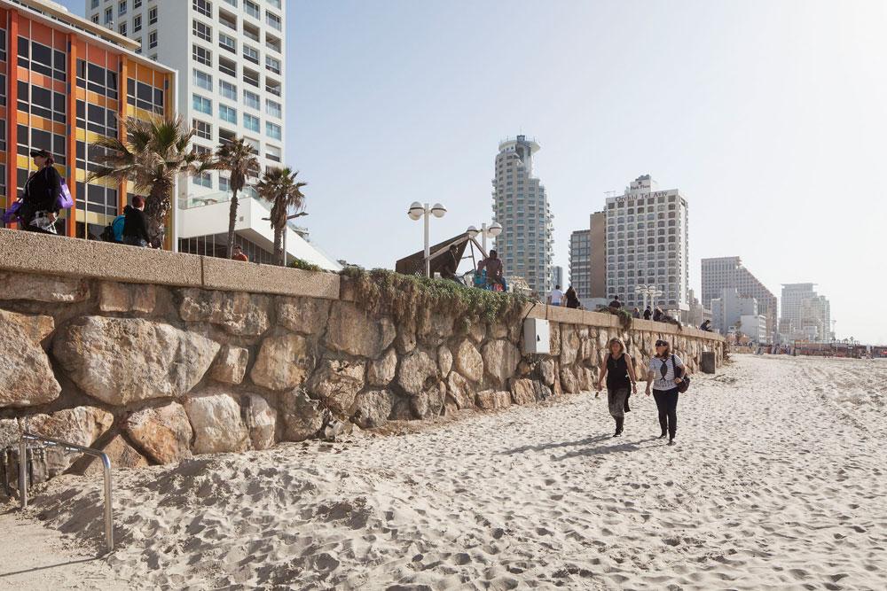 סתם יום של חול. האדריכלים שמתכננים את הפרויקט טוענים, כי רוב האנשים לא משתמשים בחלק החוף שצמוד לקיר התומך, ולכן צריך לבטל אותו לטובת טריבונה (צילום: אביעד בר נס)