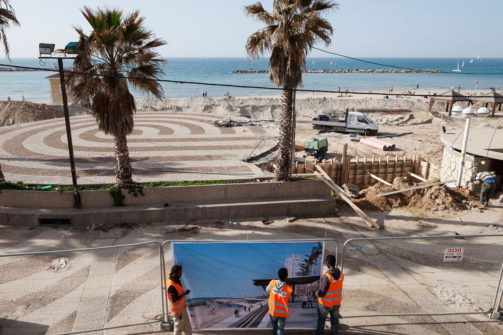 בימים אלה מגודר החלק הצפוני של הטיילת, והעבודות מתבצעות במרץ. חברת המועצה מיטל להבי דורשת לדעת להיכן מפנים את חול הים מהטיילת (צילום: אביעד בר נס)