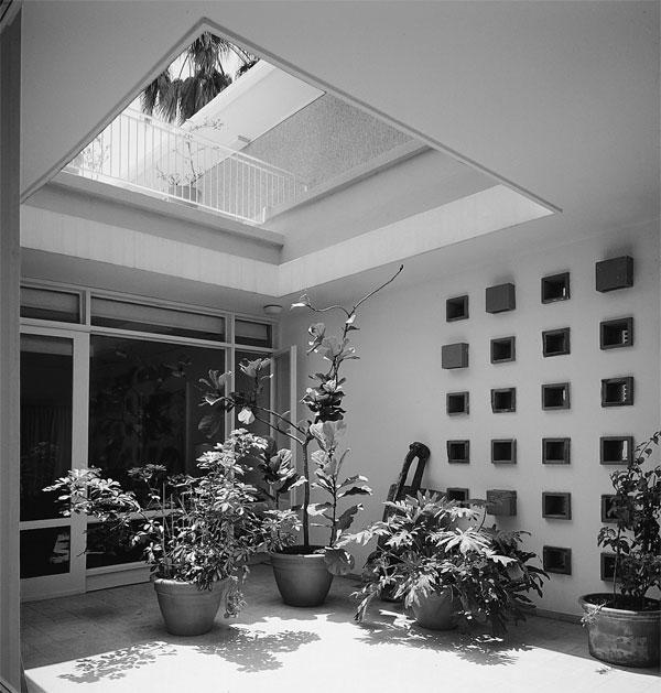 הפטיו בווילה זקס בשדרות בן גוריון בתל אביב (צילום: ג'ורג' פסי, מתוך הספר ''בתים מן החול'' מאת ניצה סמוק)