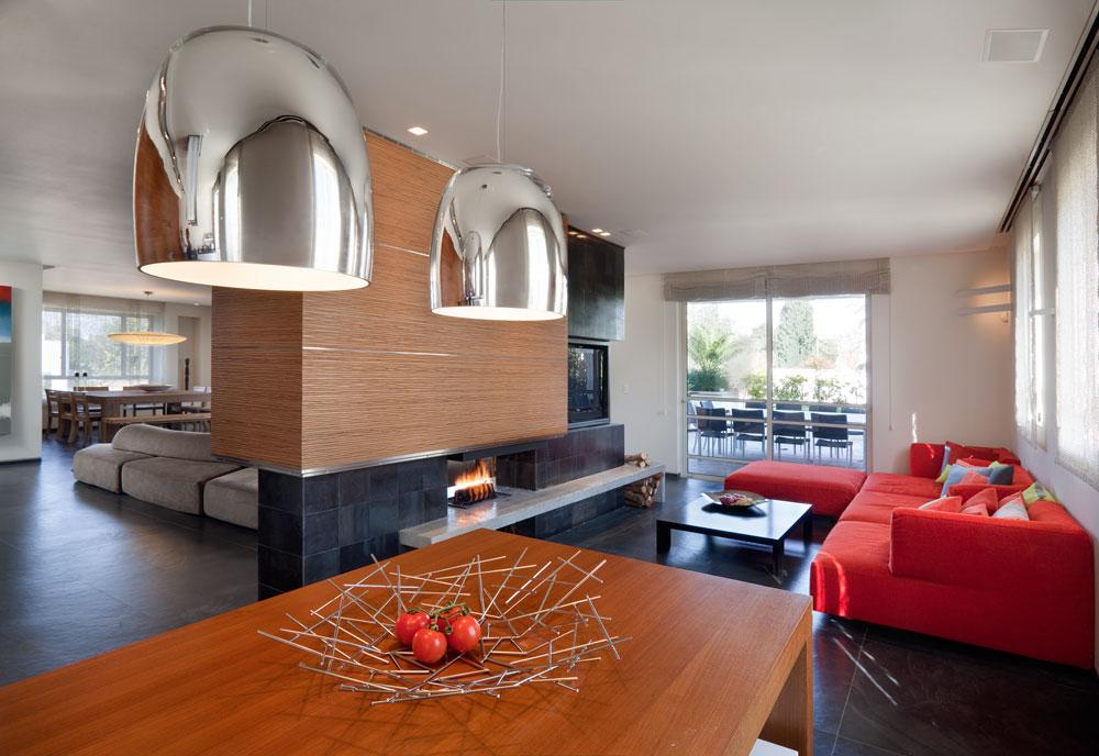 הסלון המשפחתי יותר, בהמשך למטבח ובצבעוניות מתפרצת. גם הספה האדומה היא מבית ''אדרה'' (צילום: אסף פינצ'וק)