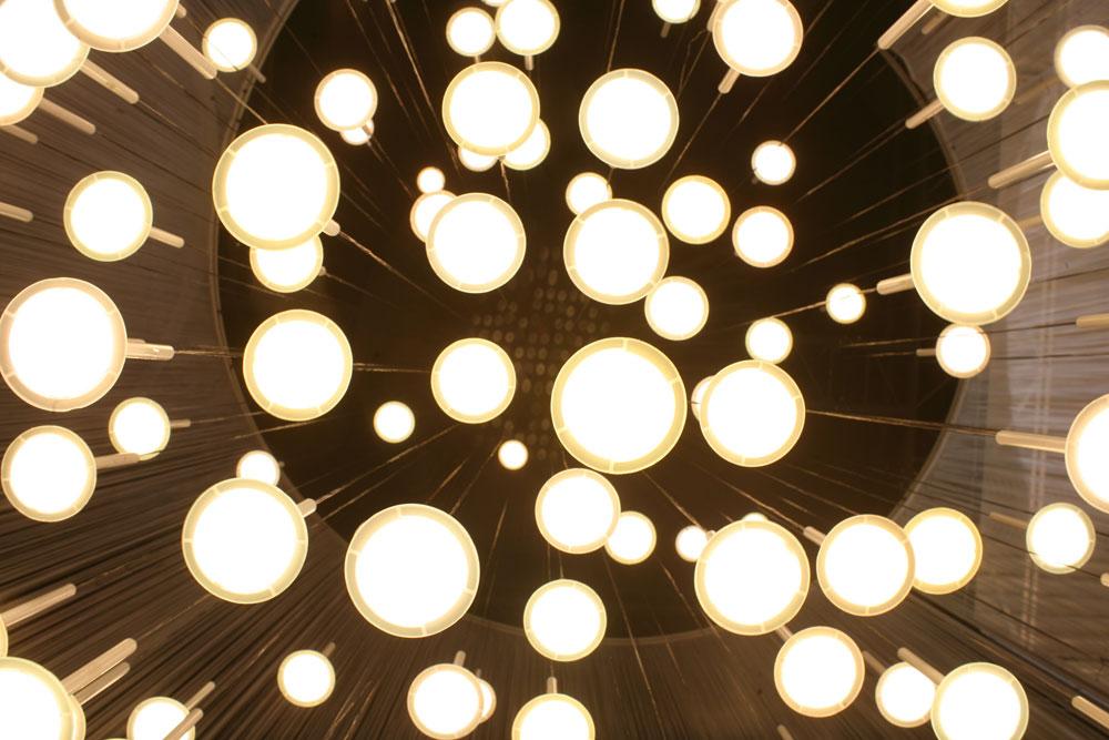 גוף התאורה ''IRAIN'' - שמדמה מטר גשם שקפא באוויר. חברת ''בלאקבודי'' מתמחה בתאורת לד אורגני (OLED), ועושה שימוש מקסימלי בתכונות השטוחות של נורת הלד, בעיצובים הי-טקיים אולטרה מודרניים שמתאימים לחללים ציבוריים כמו מועדונים, גרמי מדרגות ומבואות של משרדים ובתי מלון (Courtesy of Blackbody)