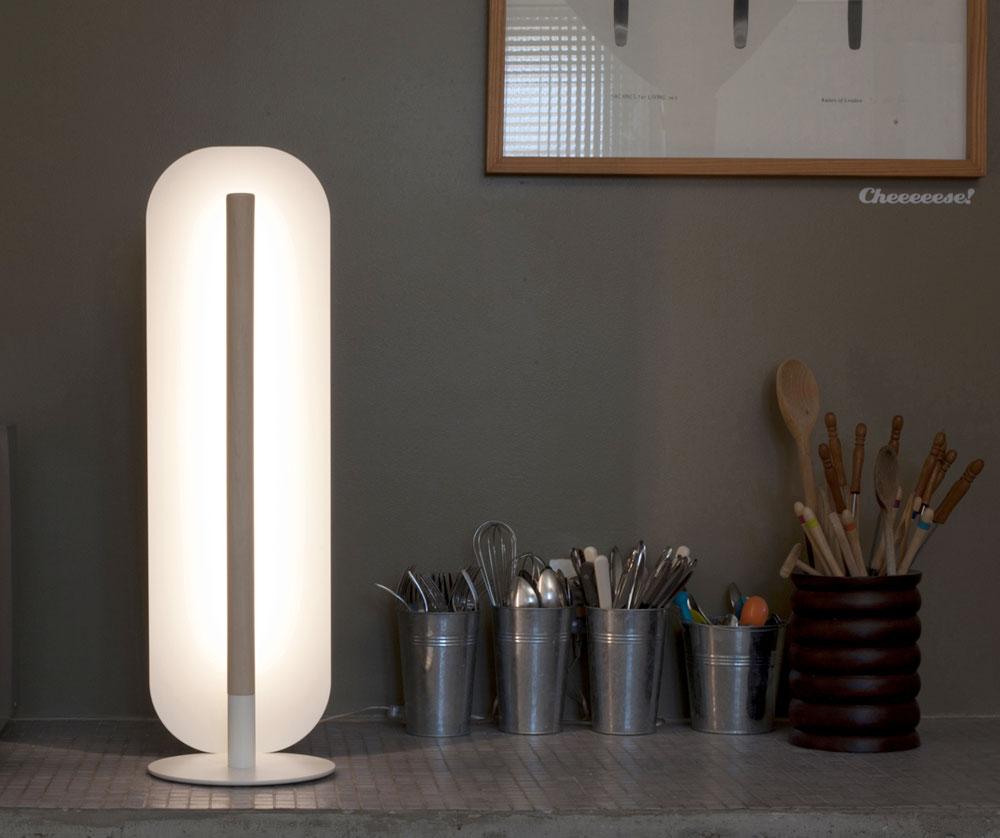 גוף תאורה עשוי פלדה לבנה, עץ ולד, ששואב השראה מקוויהן של עששיות, טרום המצאת נורת הליבון של תומס אדיסון. שם החברה, ''גוד-ביי אדיסון'', מסכם הכל (Courtesy of Goodbye Edison)