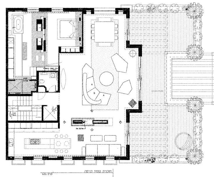 הקומה הראשונה של הדירה כוללת שני חללים גדולים ופתוחים: האחד לסלון, פינת האוכל, פינת הטלוויזיה והמטבח, והשני לסוויטת ההורים. שטח שתי הקומות זהה: 200 מ''ר כל אחת (באדיבות גדי פרידמן- אדריכל)