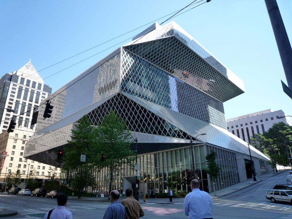 הספרייה המרכזית של סיאטל, אחד הפרויקטים הידועים של משרד OMA בראשותו של רם קולהאס. הילד הרע של האדריכלות העולמית, בשעתו (צילום: Bobak Ha'Eri,cc)
