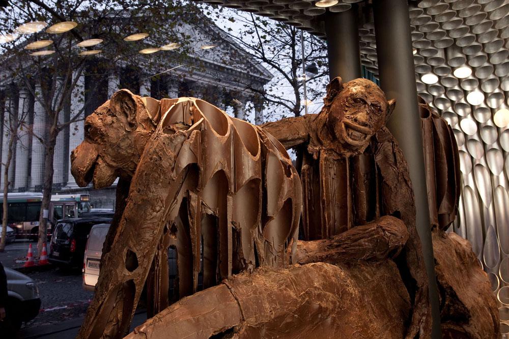 לא למכירה. פסלי שוקולד של פטריק רוז'ה באחת החנויות שלו בפריז (באדיבות Patrick Roger)