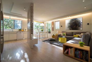 טיפ 6: שילוב של סוגים שונים של תאורה, כולל נסתרת, מאפשרים משחק לאורך שעות היום. דירה בתכנון זהר בן לביא (צילום: אילן נחום)