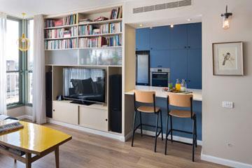 טיפ 1: חלוקה לאזורים באמצעות צבע (כאן המטבח בכחול) יוצרת אשליה של עומק. דירה בעיצוב ורד בונפיליולי (צילום: שי אפשטיין)